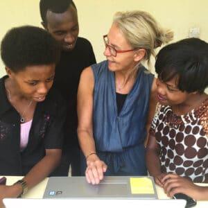 Ylva med tre blivande journalister under utbildning i Rwanda.